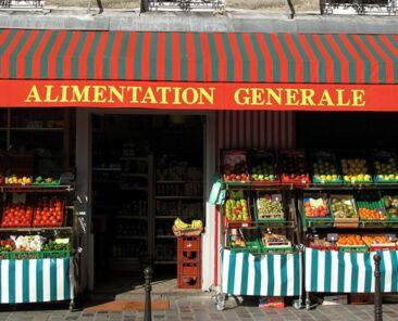 Quartier rive droite, rue Piat epicerie, alimentation generale, etals de fruits et legumes, commerce de proximite immeuble de logements